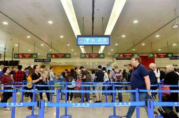 国庆长假浦东机场出入境近70万人次 8条进博会专用边检通道已开启